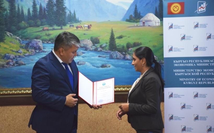 Награждение главного специалиста АБР г-жи Priyanka Sood Почетной Грамотой Министерства экономики КР