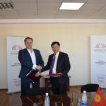 Малик Абакиров с Шандором Ризаком, директором НТД Венгрии во время подписания Меморандума о сотрудничестве